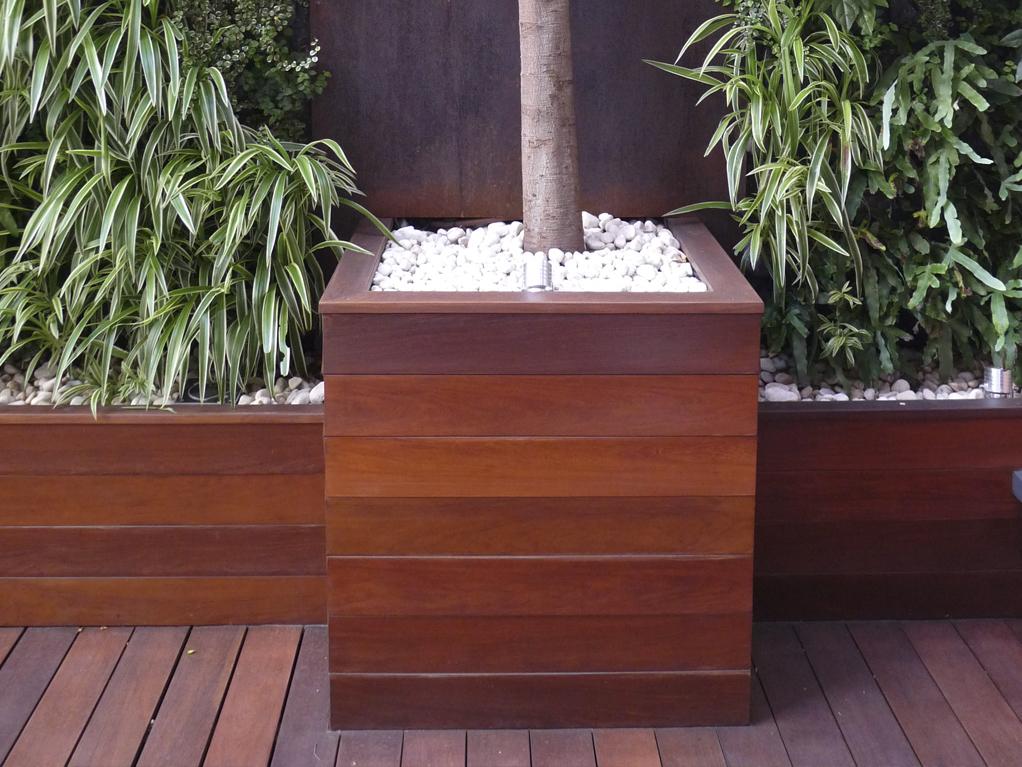 Diseño de jardines integrales en Barcelona. Cajones de madera para plantas decorativas de jardín