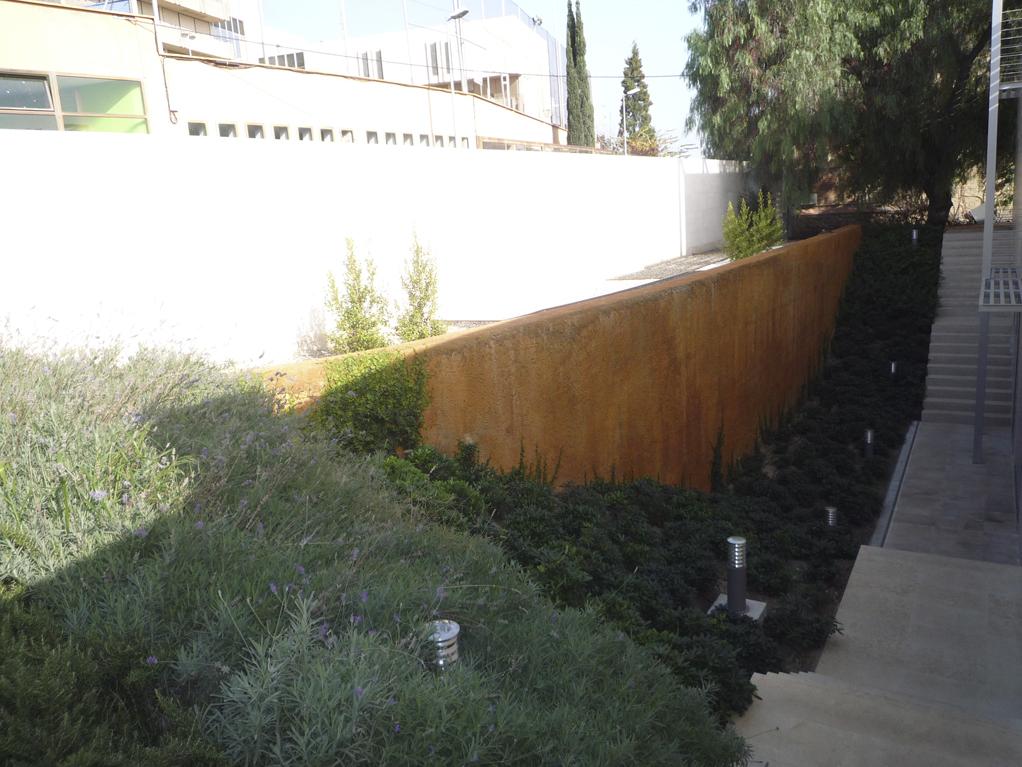 Diseño de jardines integrales en Barcelona. Arbustos decorativos para jardines integrales oficinas El Terrat.