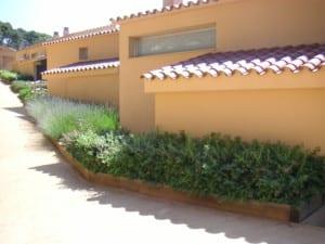 Diseño de jardines integrales en Girona. Elementos decorativos en madera para jardines.