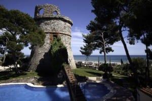 Mantenimiento de jardines integrales en Barcelona. Jardín moderno piscina hotel Rey Don Jaime.